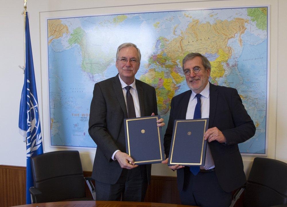 FAO:n apulaispääsihteeri Daniel Gustafson ja AgriCordin puheenjohtaja Jean-François Isambert sopimuksen allekirjoitustilaisuudessa. Kuva: AgriCord