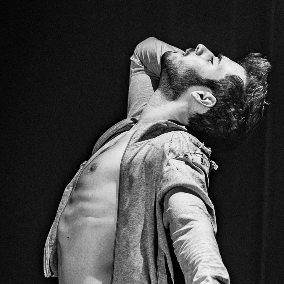Justin collinDanseur et créateur de spectacle.Sa compagnie,Le Huit est une jeune compagnie pluridisciplinaire mêlant la danse, la vidéo, la musique, le travail avec l'objet, le monde circassien.https://www.cie-lehuit.com/ -
