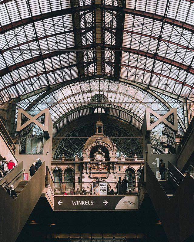 Wie herkent deze plek? Voor de mensen die hier naartoe willen gaan voor een dagje of een kort tripje, ik heb een 'food guide' gemaakt met zes plekjes waar je gegarandeerd lekker kan eten! . . . #anvers #antwerp #belgium #trainstation #foodguide #photography #travelphotography #travel #agameoftones