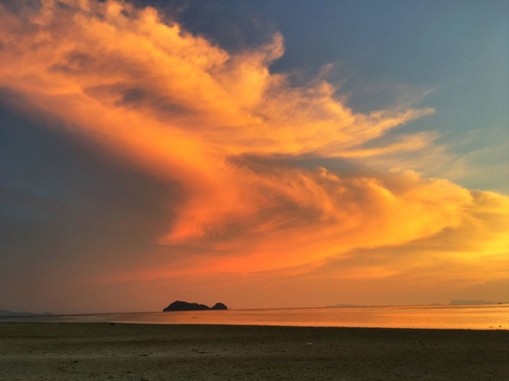 From the sand flats, we can also see the islands of Ang Thong National Marine Park in the distance, a 42 island archipelago will visit later on the adventure for a full nature immersion.