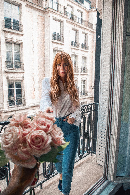 paris-hotel-balcony-romance-pink-roses_4.jpg