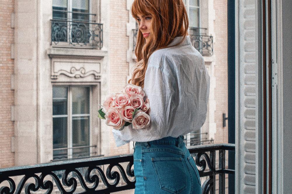 paris-hotel-balcony-romance-pink-roses_6.jpg
