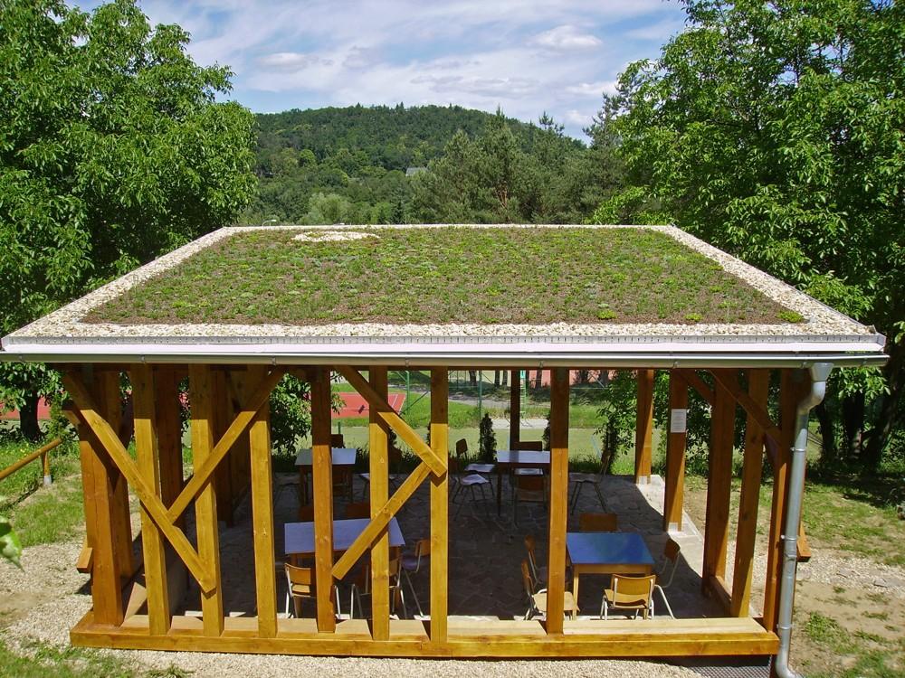 - Plechová střecha může mít snadno stejnou nebo i vyšší teplotu než asfaltová silnice. Altány i budovy, které mají trávové střechy, teplotu svého okolí nezvyšují. Je podobná teplotě vzduchu mezi okolními stromy nebo nad trávníky. Na travnaté střechy jsou navíc poskytovány dotace. Tak proč se nechopit příležitosti, dokud existuje tato možnost?Vzdušný altán se zelenou střechou. Zastíní a teplotně své okolí nijak negativně neovlivňuje