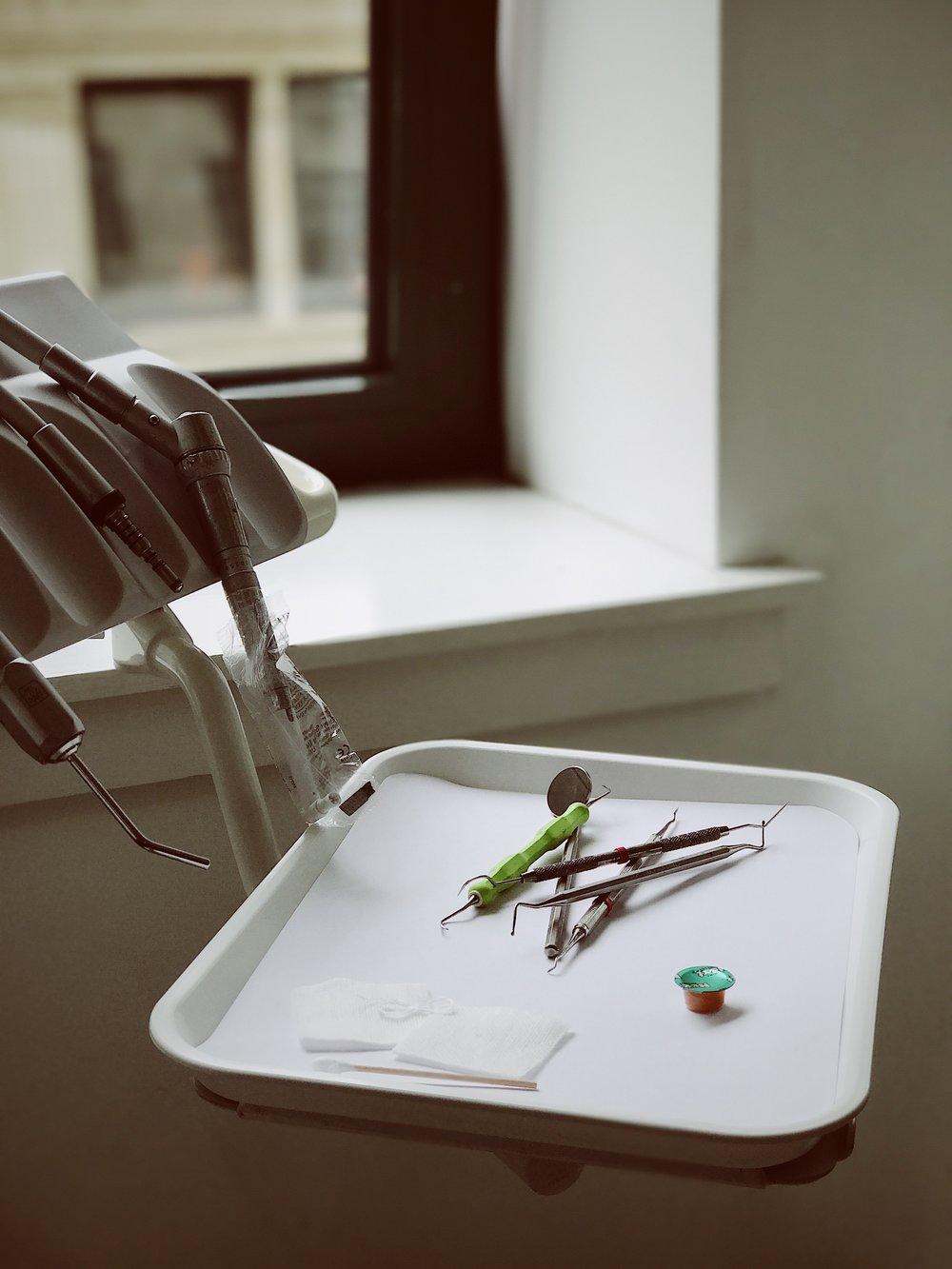 Noví doktoři - Denně se ve Vimperku potýkámes nedostatkem zubařů i lékařů jiných profesí. Termíny místních specializovaných ordinací jsou plné, klidně i na půl roku dopředu.Jiná města nabízejí mladým lékařům zázemí pro kvalitní život. Jak důležité je pro nás zdraví našich dětí a blízkých, vám nemusíme vysvětlovat. Máme to všichni stejně. Tak jo! Naše společná a hlavní priorita pro Vimperk je jasná.Budeme se snažit, aby do Vimperka přišli noví lékaři.