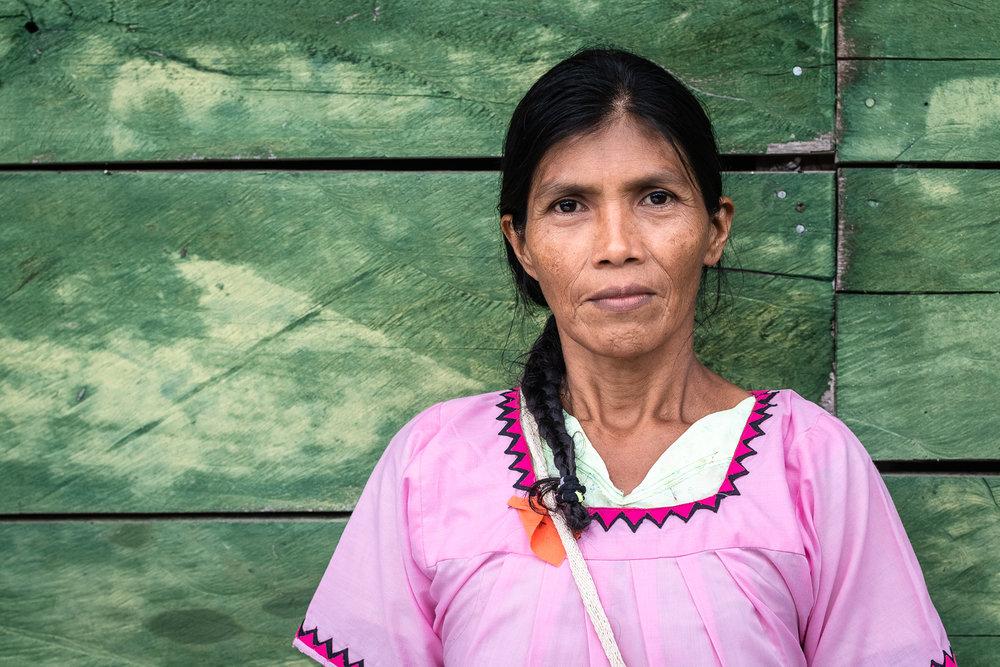 Retreat de una mujer Ngäbe en su traditional Nagua, Norteño.
