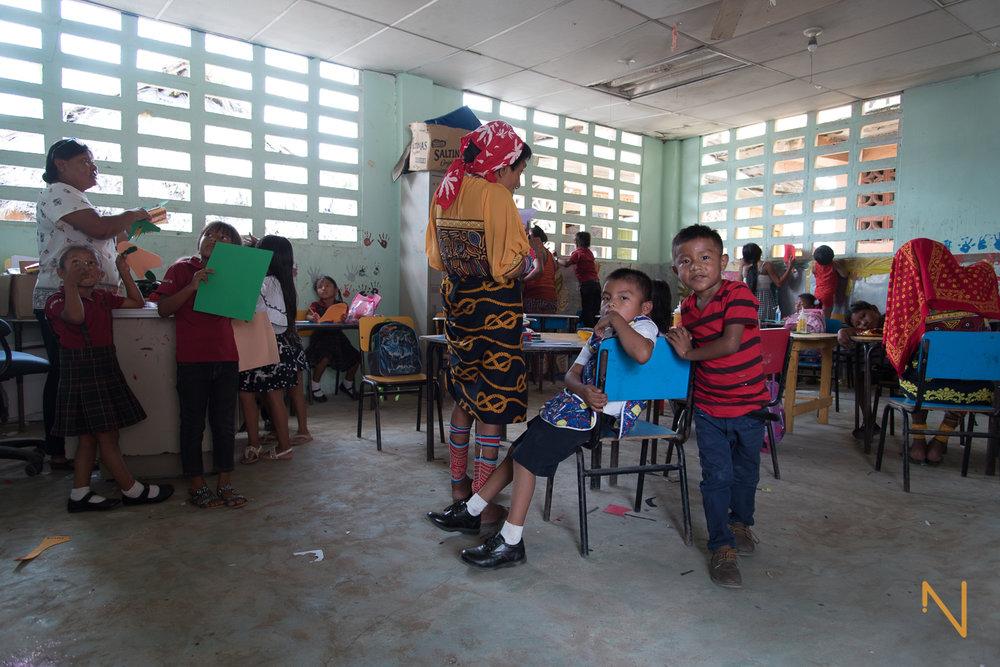 Ginela Salazar - a la izquierda - durante una clase en el jardín de niños de  Gardi Sugdub .