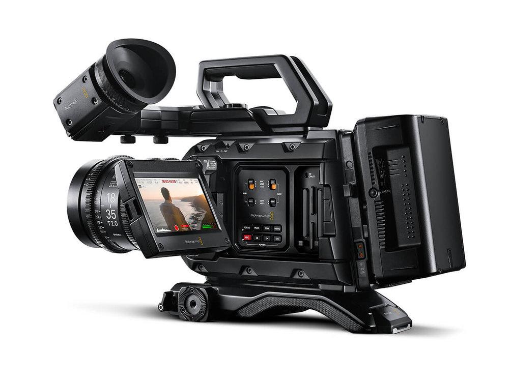 """BLACKMAGIC URSA MINI PRO 4.6K - Blackmagic Shoulder MountBlackmagic ViewfinderAdaptador Dual CF a SSD2x SSD 512GB / 2x Lector SSD - USB35x Bateria V 90wh/h / 2x Cargador 2 Slots IDXTrípode Sachtler DV8 / EasyrigMonitor Blackmagic Video Assist 5""""Baseplate 15mm Shoot35Mando de Foco Manual Shoot35Portafiltros 4x4 Shoot352x Handle Grip4x Barras 15mm Carbono"""