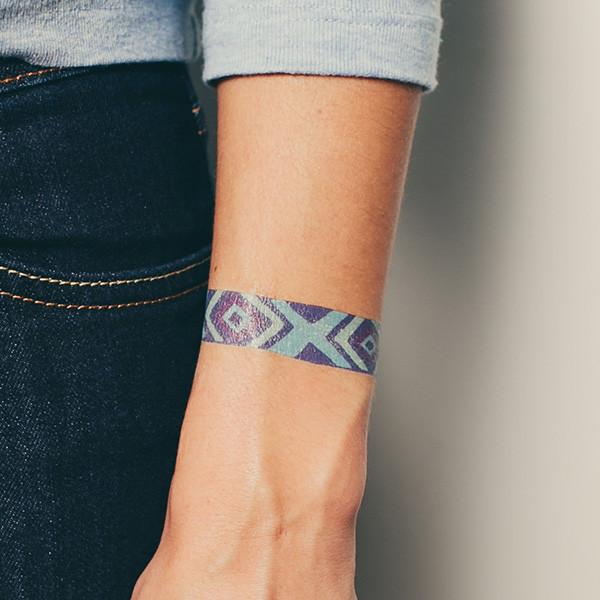 tattly_julia_rothman_friendship_bracelet_blue_web_applied_05_grande