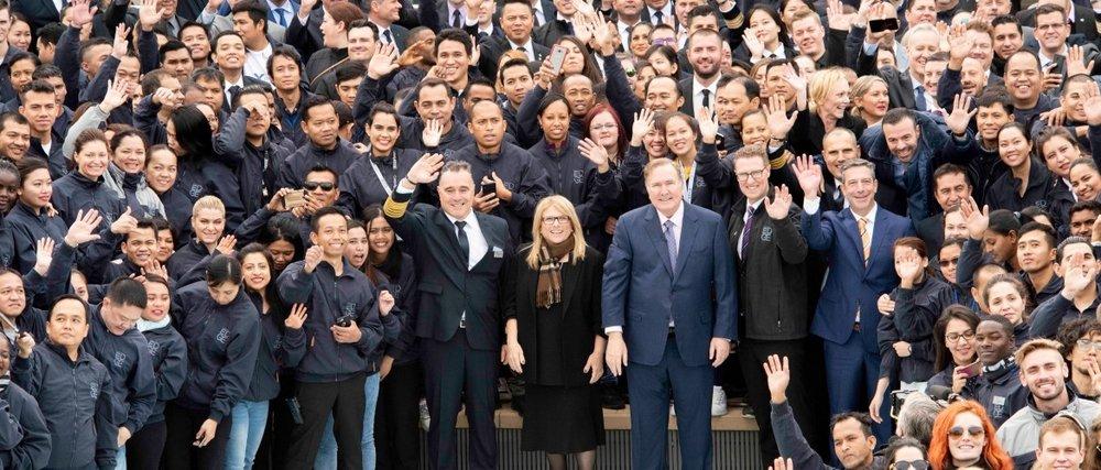 Equipo ejecutivo de Celebrity Cruises y 1,377 miembros de la tripulación de 72 países