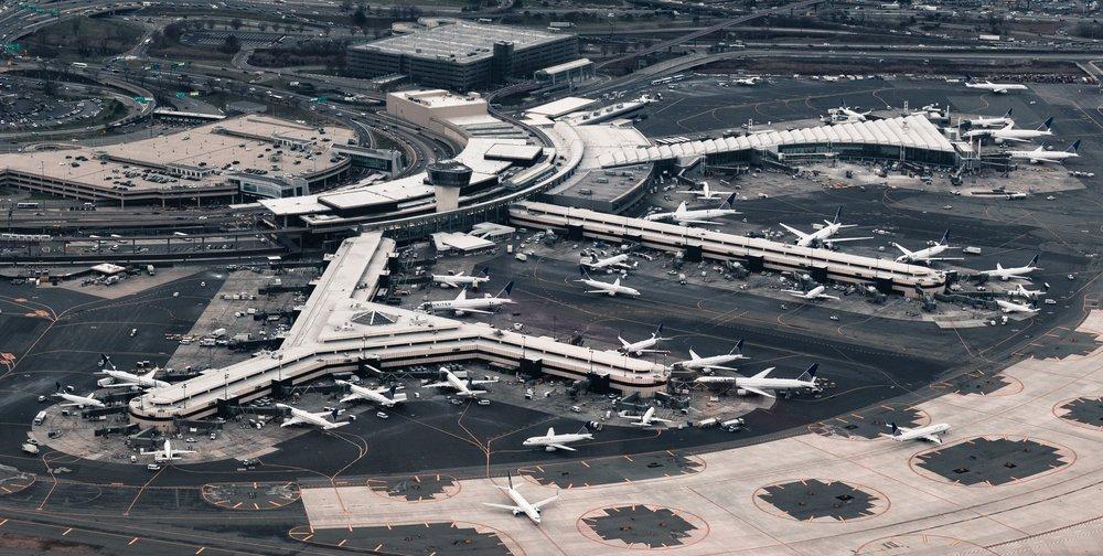 En un aeropuerto hay diferentes controladores aéreos