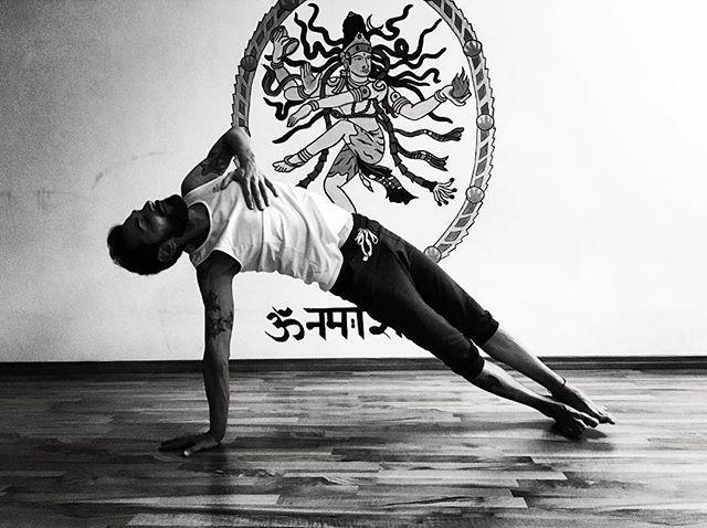 Questo fine settimana ci trovate @studioyogabrescia. Venite a praticare con noi? Sabato e domenica | 9-11 . #Repost @mauromig_ ・・・ Solo l'amore rimane, tutto il resto è un gioco . Il prossimo weekend guiderò le due masterclass del Teacher Training @hariomyogaschool @studioyogabrescia . Sabato e domenica | 9-11 Scegline una, oppure tutte e due Io ti aspetto là . @soulsafari_ @ygmstrs #yoga #yogaeverydamnday #yogalove #yogalover #yogateacher #yogalife #yogateachertraining #ytt #yogainspiration #blackandwhite #yogapractice #live #liveauthentic #love