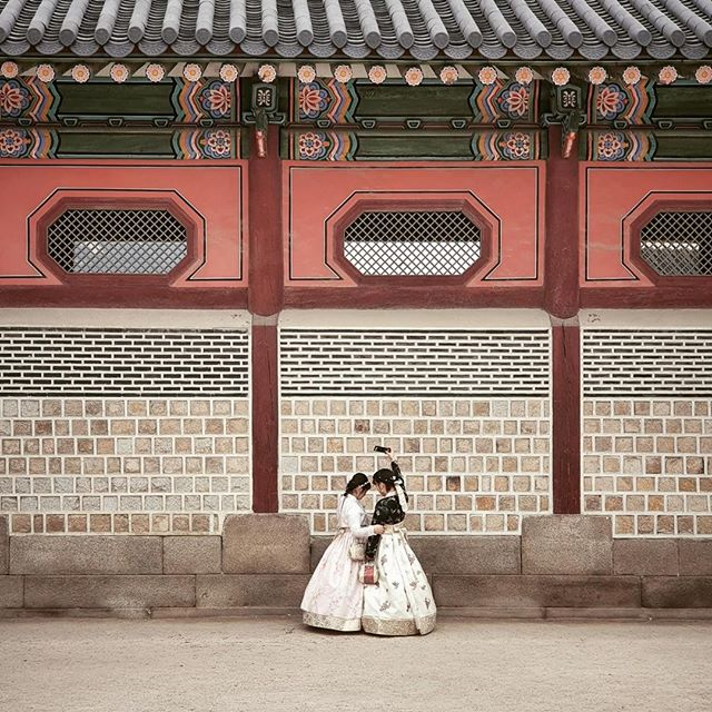 • how would i describe seoul with it's mixture of tradition of modernism? with this picture: young women wearing traditional hanbok dresses at gyeongbokgung palace making a selfie with probably one of the latest smartphones. •⠀⠀⠀⠀⠀⠀⠀⠀⠀ •⠀⠀⠀⠀⠀⠀⠀⠀⠀ •⠀⠀⠀⠀⠀⠀⠀⠀⠀ •⠀⠀⠀⠀⠀⠀⠀⠀⠀ •⠀⠀⠀⠀⠀⠀⠀⠀⠀ #GalaxyS10+ #WithGalaxy #SamsungSnapshooter #SamsungDeutschland @samsungmobile_de #DoWhatYouCant #TeamGalaxy [anzeige | ad] •⠀⠀⠀⠀⠀⠀⠀⠀⠀ •⠀⠀⠀⠀⠀⠀⠀⠀⠀ #korean_adventure #seoul #seoullovers #seoulmate #seoultrip #seoultravel #seoultour #travel_seoul #seoulstyle #seoulgarden #seoulsecret #seoulsearching #seoulstreet #exploreseoul #wheninseoul #mytinyatlas #beautifuldestinations #traveldeeper #wonderfulworld #iamatraveler #travelawesome #exploretocreate #thehappynow
