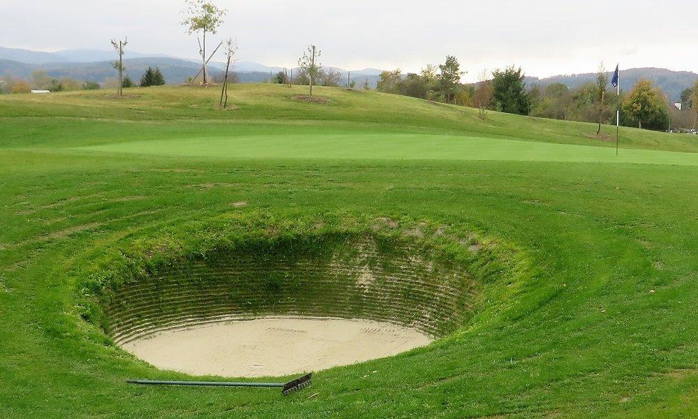 Ein charakteristischer Links-Bunker am 10. Loch. Ein Links-Platz stellt eine Herausforderung für jede Spielklasse dar.