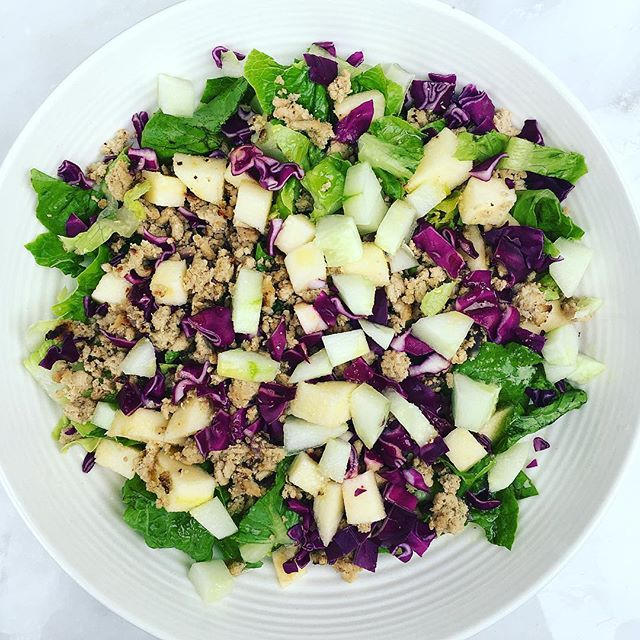 When Monday rolls around + you have no inspiration or ideas for dinner 🤷🏻‍♀️you pull anything + everything out of the fridge, throw it all in a bowl + call it a night! . . #whatsonmyplate ➡️ sautéed organic ground turkey with red onions, romaine, purple cabbage, chopped apple, cucumber + topped with lemon dressing #easydinners . . . Hope everyone had a nice Monday!