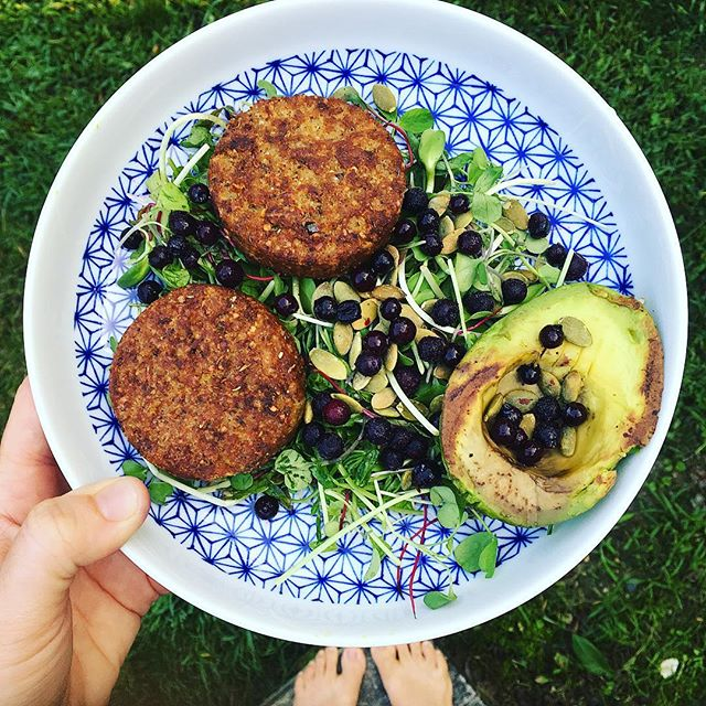 Breakfast has been looking a little different lately..and I don't hate it 🙂 . . #whatsonmyplate ⤵️ @hilaryseatwell vegan breakfast sausage, grilled 🥑, blues, pumpkin seeds + micro greens 💚