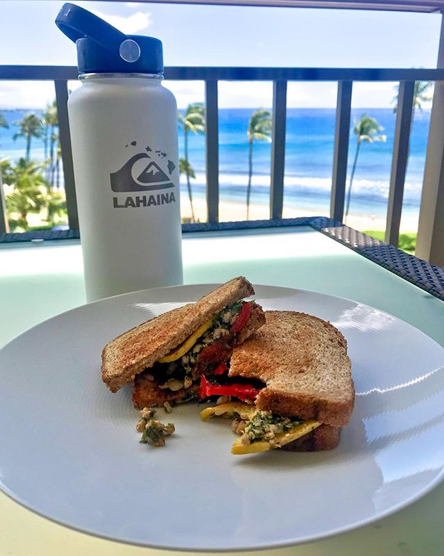 Lunch with a view!! While everyone is packing beach sandwiches made from deli meats, opt to grill some squash & peppers and add some tabbouli on whole grain bread. So delicious, so nutritious ... & this view doesn't hurt 🤙🏽🌎🌊 Happy Friday :) #hawaiivegan #hawaiilife #hawaiieats #veganhawaii #cleaneats #hawaii #maui