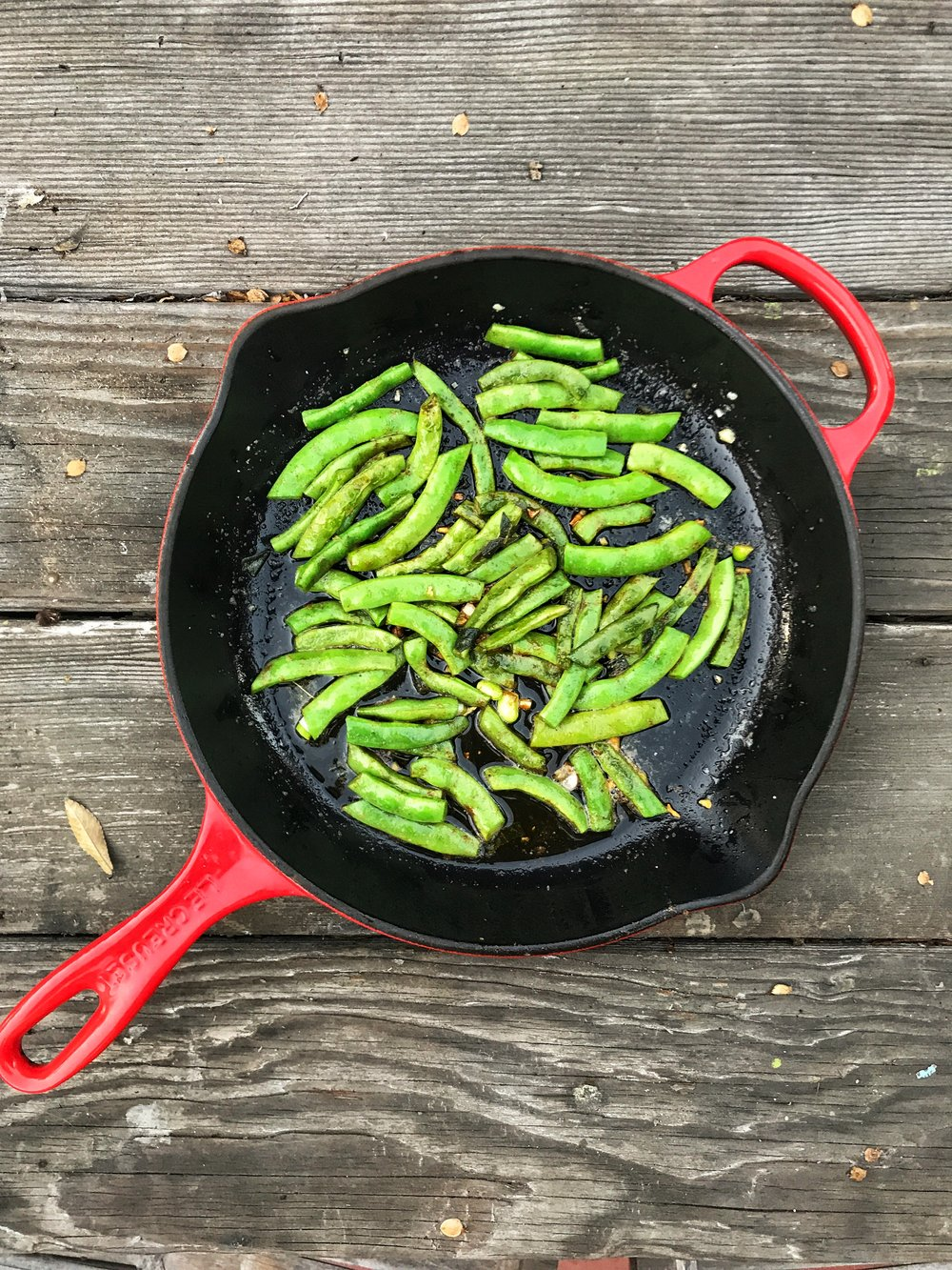 green beans in a frying pan