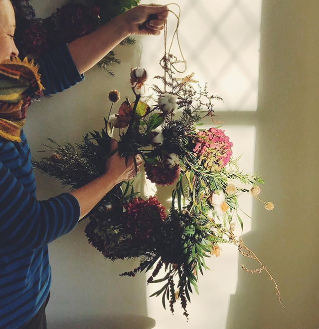 That late afternoon light ~ autumn wreath by @ivypipandrose 🍁#dsfloral #dsgreen #abmlifeiscolorful #abmhappylife #floristnorthwales #whpshiftingseasons