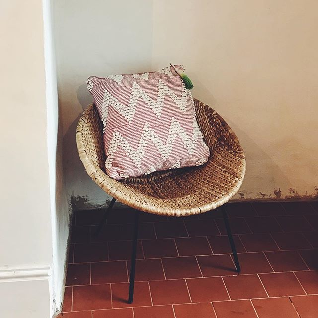 There is an autumn treat at Firain.com ~ 20% off #projektityyny textiles until Friday ~ link in bio #scandiboho #luxuryinteriorsonabudget #nordicdesign #hyggehome #pinkcushion #pinkhouse #decorateslowly #supporthandmade #dhurrie #smallindiebusiness