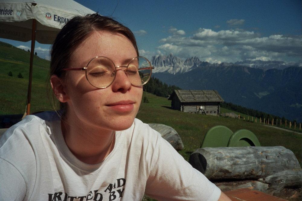 Nathaly Ebner als Lotte auf dem Berg