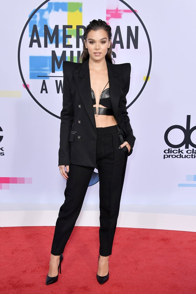 Shoulders Steinfeld - Hailee sported a strong blazer with angled shoulders and quite the intricate leather bralette. Serious and sexy.