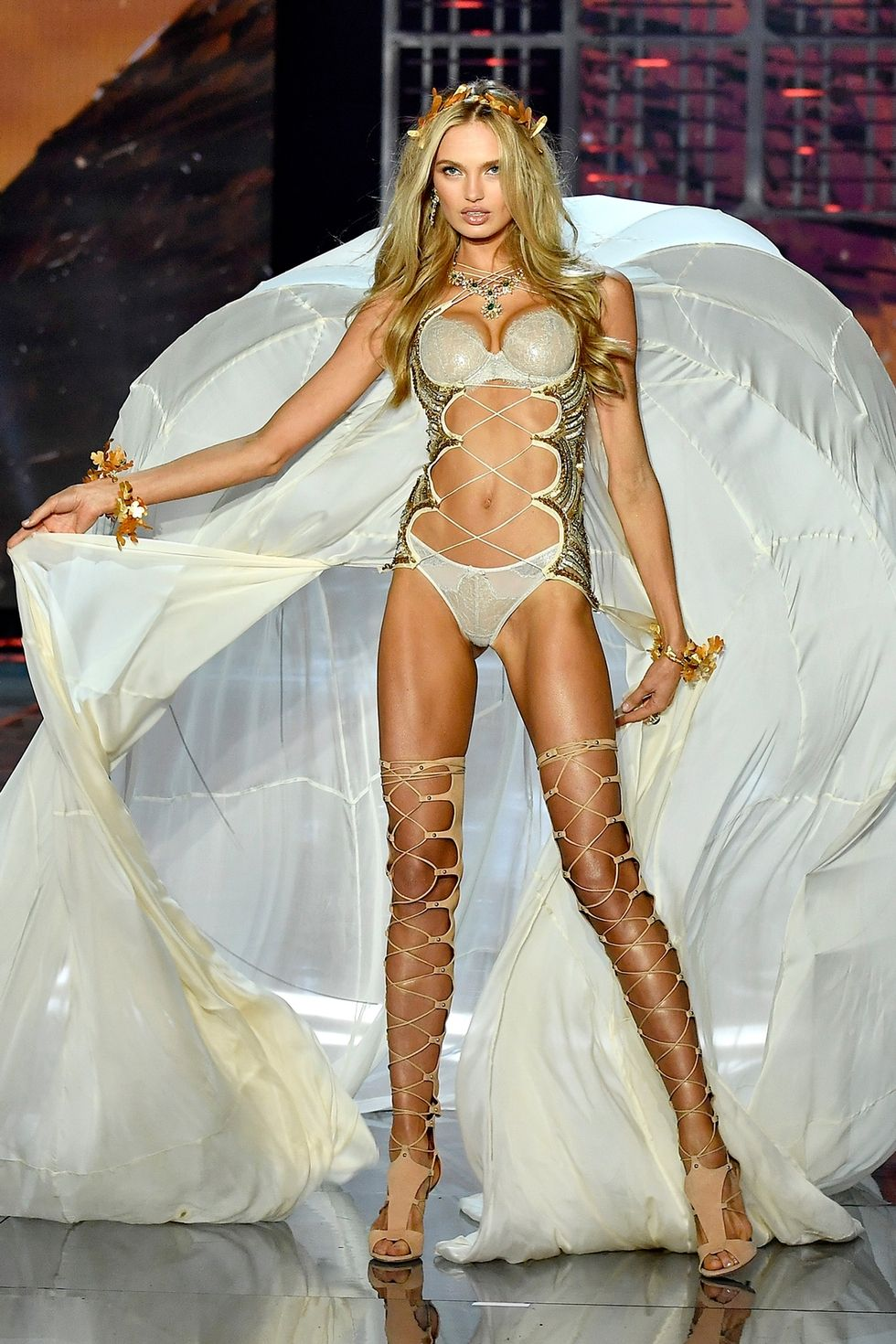 Romee Strijd - This gladiator look with roman crowns certainly felt powerful. The golden leaf accent really bring out the shimmer.
