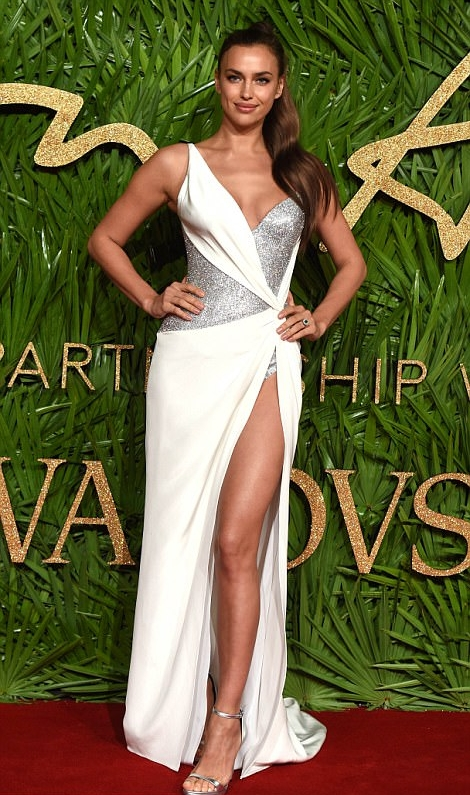 Leegy Irina Shayk - She wore a white classy 'Versace' dress for the fashion awards 2017. This Christmas white is one of the trendy colours, it represents elegance, honesty and a new beginning.