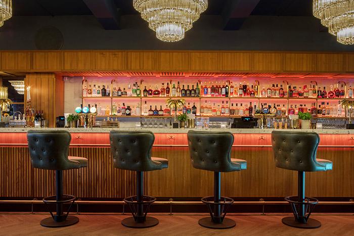 I loungeområdet ligger vår største bar, som er åpen hele dagen fra kl. 11.00.