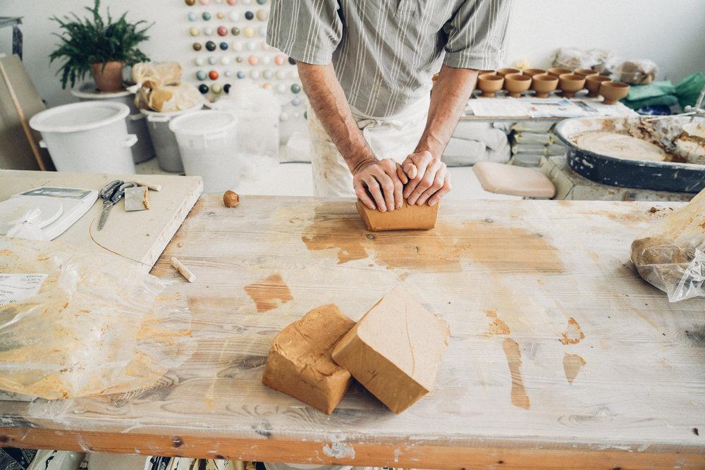Studio Arhoj ceramist molding clay