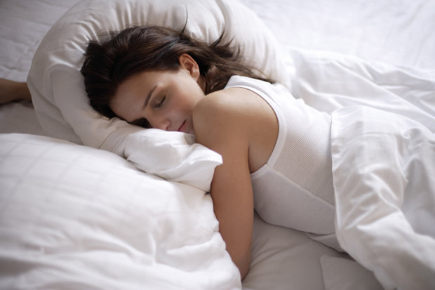 Woman-sleeping-in-bed-609035.jpg