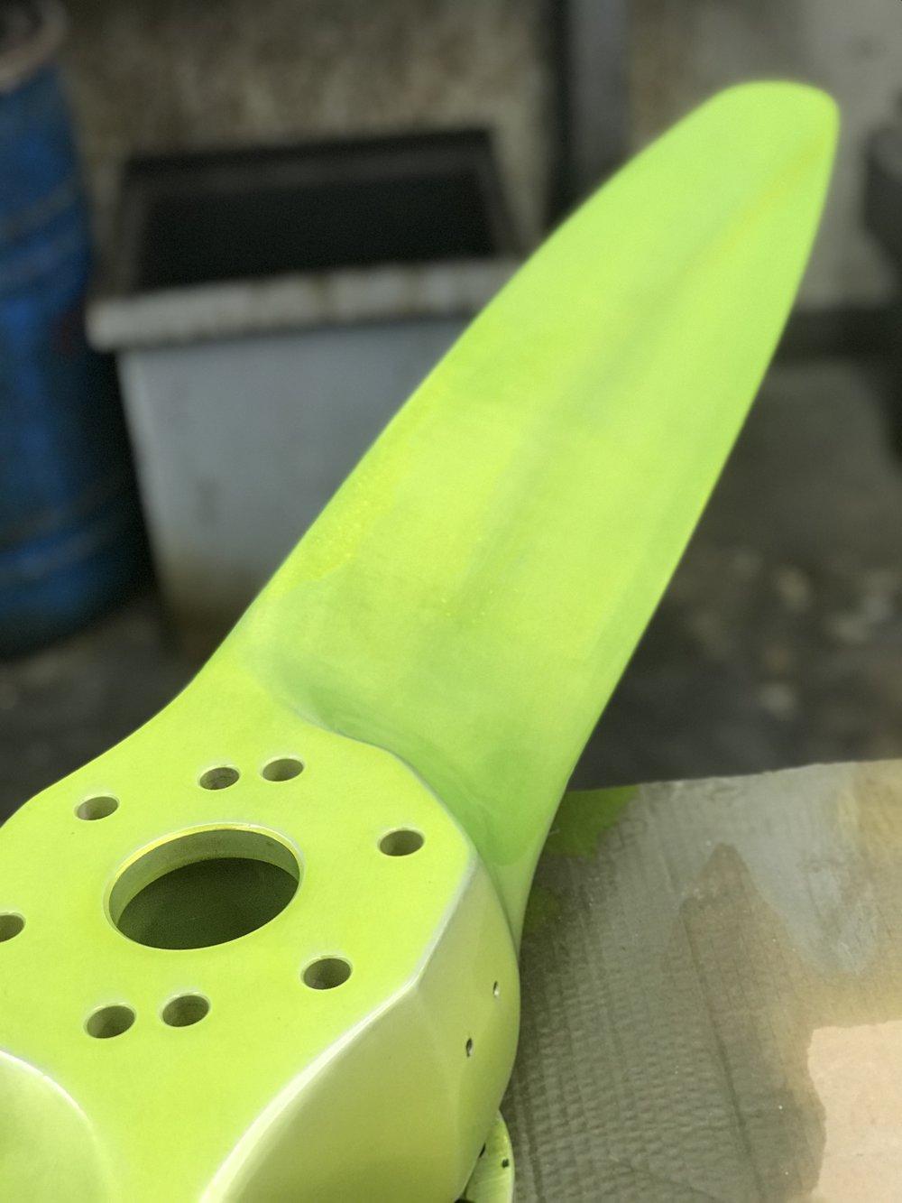 Solución penetrante colorante aplicada a una hélice de paso fijo. Esto será inspeccionado por defectos bajo luz UV.