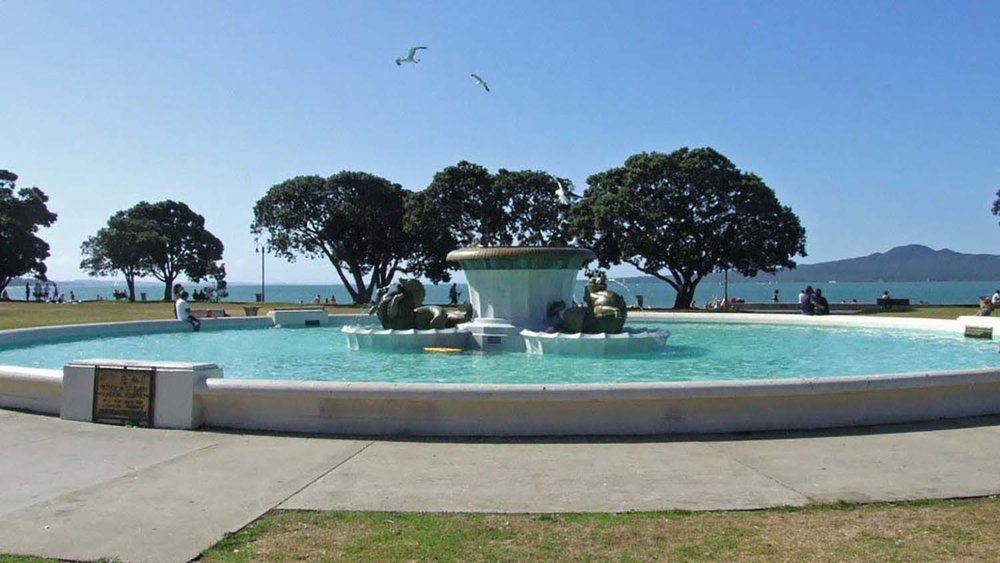 1435_Auckland,_fountain_in_Mission_Bay.JPG