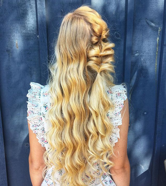 Loving the blonde against blue 😍 • • • • • #hairfashionandbridal #bohostyle #boho #blonde #curls #saloncentric #modernsalon #behindthechair #ittakesapro #cosmoprofbeauty #dahair #beyondtheponytail #beautylaunchpad