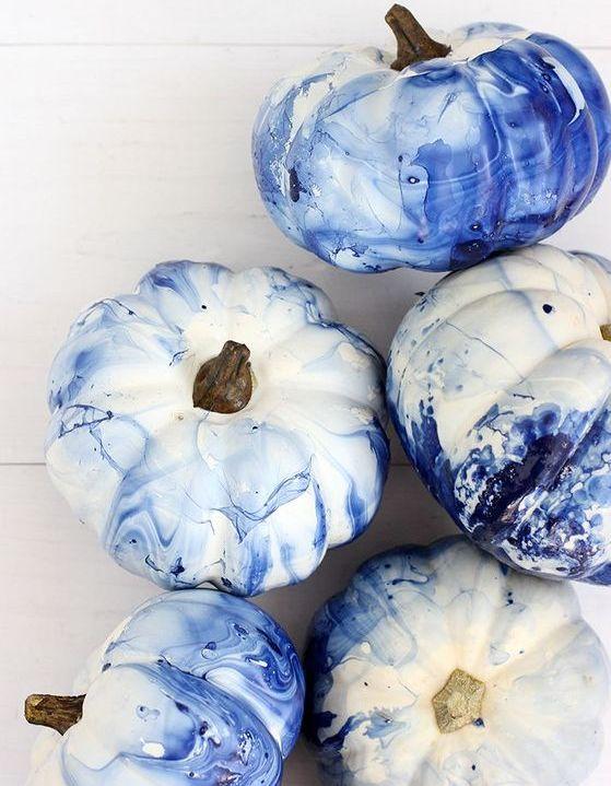 Calabazas pintadas de azul para dar el efecto de mármol |  Via Alice and Lois