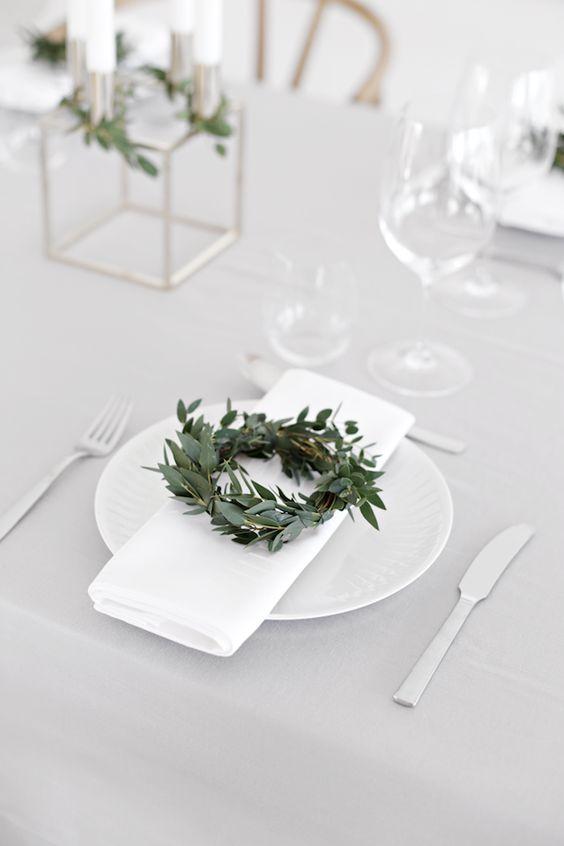 Mini corona de adorno para la mesa. Se puede hacer de romero o de eucalipto.