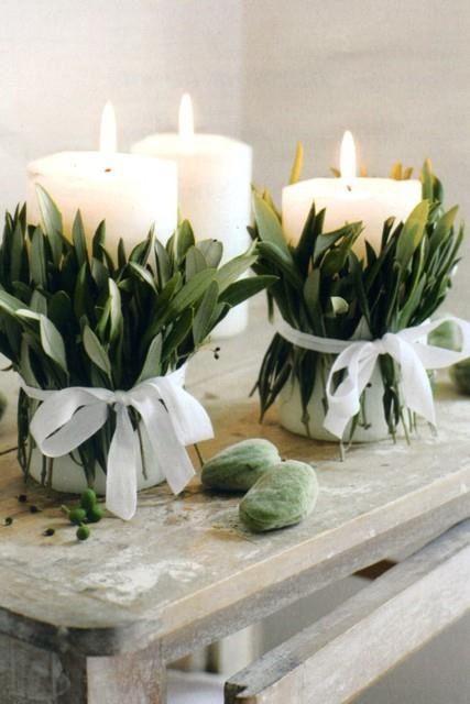 Se pueden rodear velas de hojas de laurel o eucalipto con un listón.