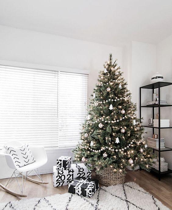 Árbol de Navidad decorado en estilo escandinavo, con poco detalle y color en los ornamentos.