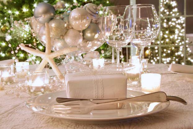 Esferas como centro de mesa combinando con los cubiertos y el árbol de navidad