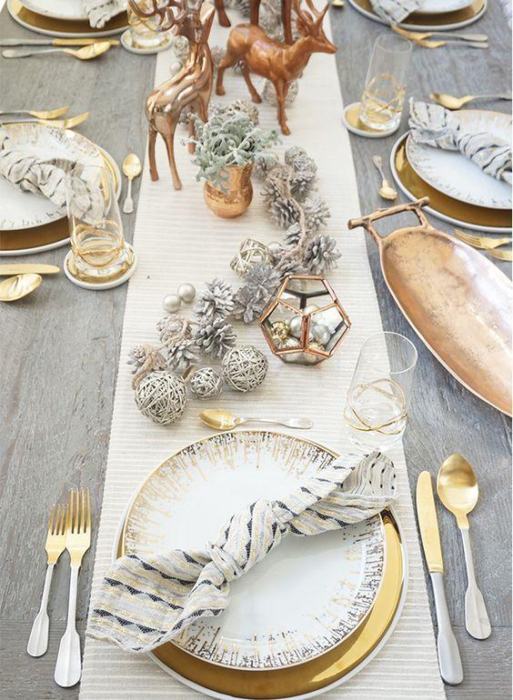 Poner la vajilla de color oro le dará un toque navideño y elegante a tu cena
