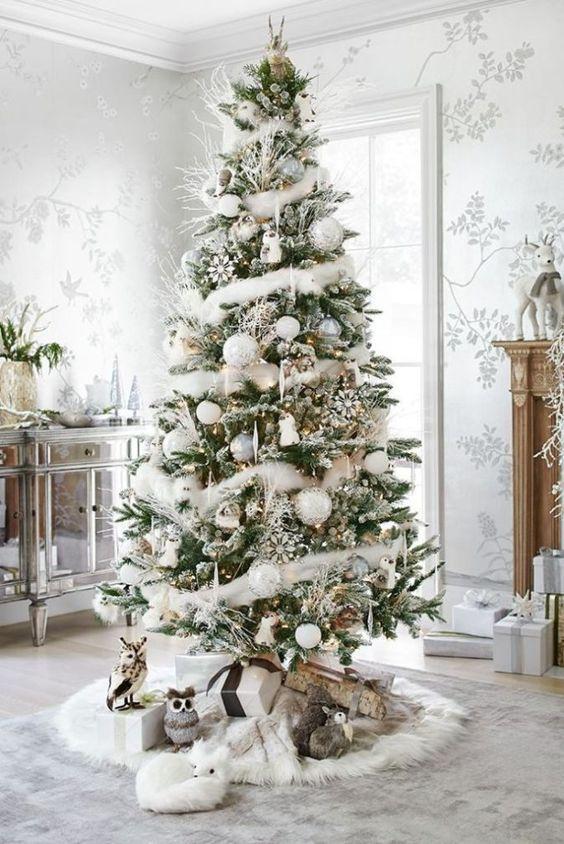 Ornamentos para el árbol en tonos plata y oro con toques de color blanco.