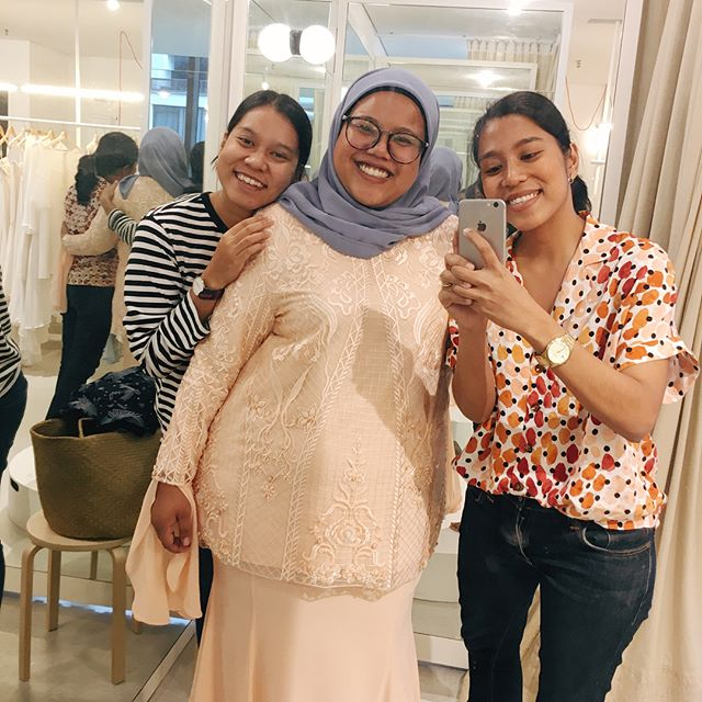 The best kept secret of a confident & happy bride: Choose a dress style that best compliments your shape, style and personality. Your confidence and happiness is a lot more important than people's validation 🤞🏻 . Congratulations @nnisa.mo! We grew so close over the past month and we'll genuinely miss working with your carefree and bright soul 💫 . #madetoorder #madetomeasure #custommade #bespoke #bespokebridal #bridaldress #bridalstyle #bridalstudio #modernbride #bridalfitting #hentakhalal #syapareza