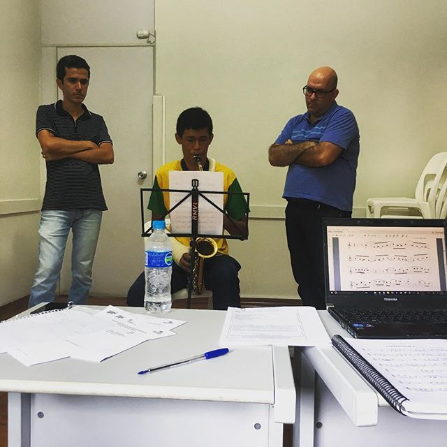 An intimidating situation, huh? The sax teacher and conductor is judging your every musical attempt. It's the beginning of a new year for @projetoguri, and in São Carlos the Reference Group Big Band is arranging auditions to elect this years band members. The Big Band gives good opportunities for self-improvement and a broader knowledge of musical references for the young musicians. #projetoguri #jmmove #fknorway #jmntakeover - Kristoffer, São Carlos.