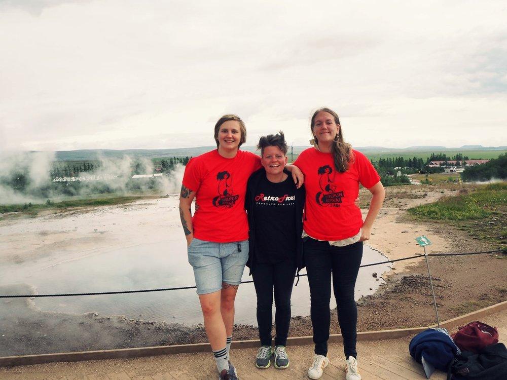 Vilde (th) har blant annet reist på utveksling til Island som en del av sin praksisperiode i JM Norway.