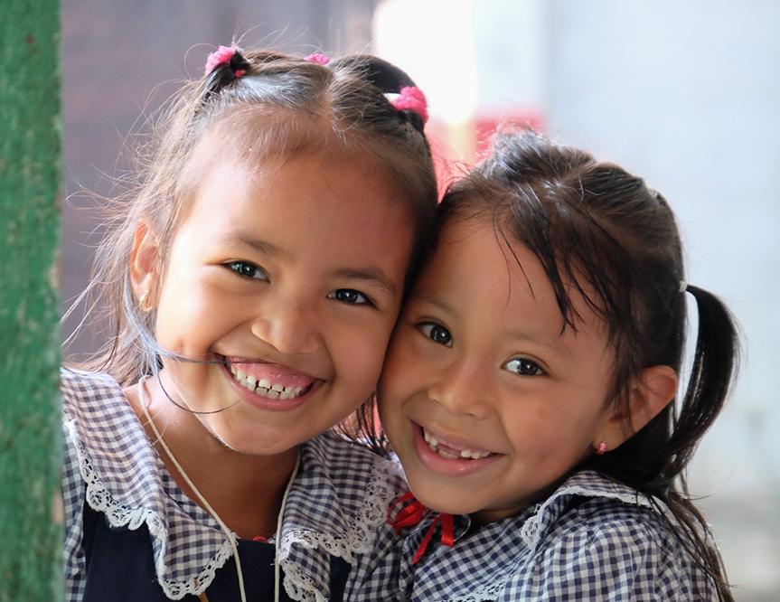 Pourquoi se préoccuper de l'audition ? - L'accès à des soins auditifs permet aux enfants et aux adultes de sortir de leur isolement social et de réaliser leur plein potentiel. Le rôle de l'audition est crucial dans le développement cérébral de l'enfant, sa capacité à communiquer et à aller à l'école. Le traitement de la perte auditive garantit une meilleure santé mentale, une meilleure réussite scolaire, l'accès à un emploi et un plus haut niveau de productivité économique.Découvrez comment une meilleure audition profite à tous.