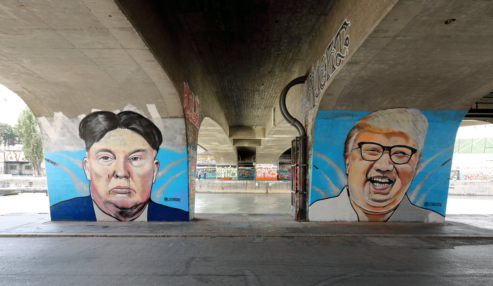 Wien_-_Donald-Trump-_und_Kim-Jong-un-Graffiti_von_Lush_Sux.JPG