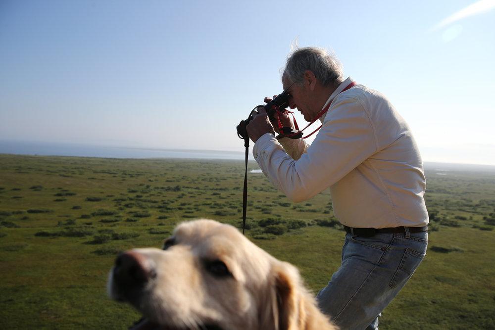 - Eg er ein sta gubbe.  Göran er 80 år gamal, og kjem frå Finspång i Sverige. Han kom til Finnmark for 23 år sidan, og har arbeida på gard sidan det. Huset hans ligg i Krampenes. Han vaks opp i skogen, men elskar den vide horisonten i Varanger.