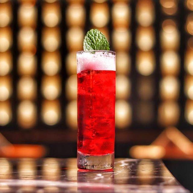 Quando a semana é curta. click de @tahlao  #subastor #queenofska #cocktails #bar #cheers #50bestbars #worldsbestbars