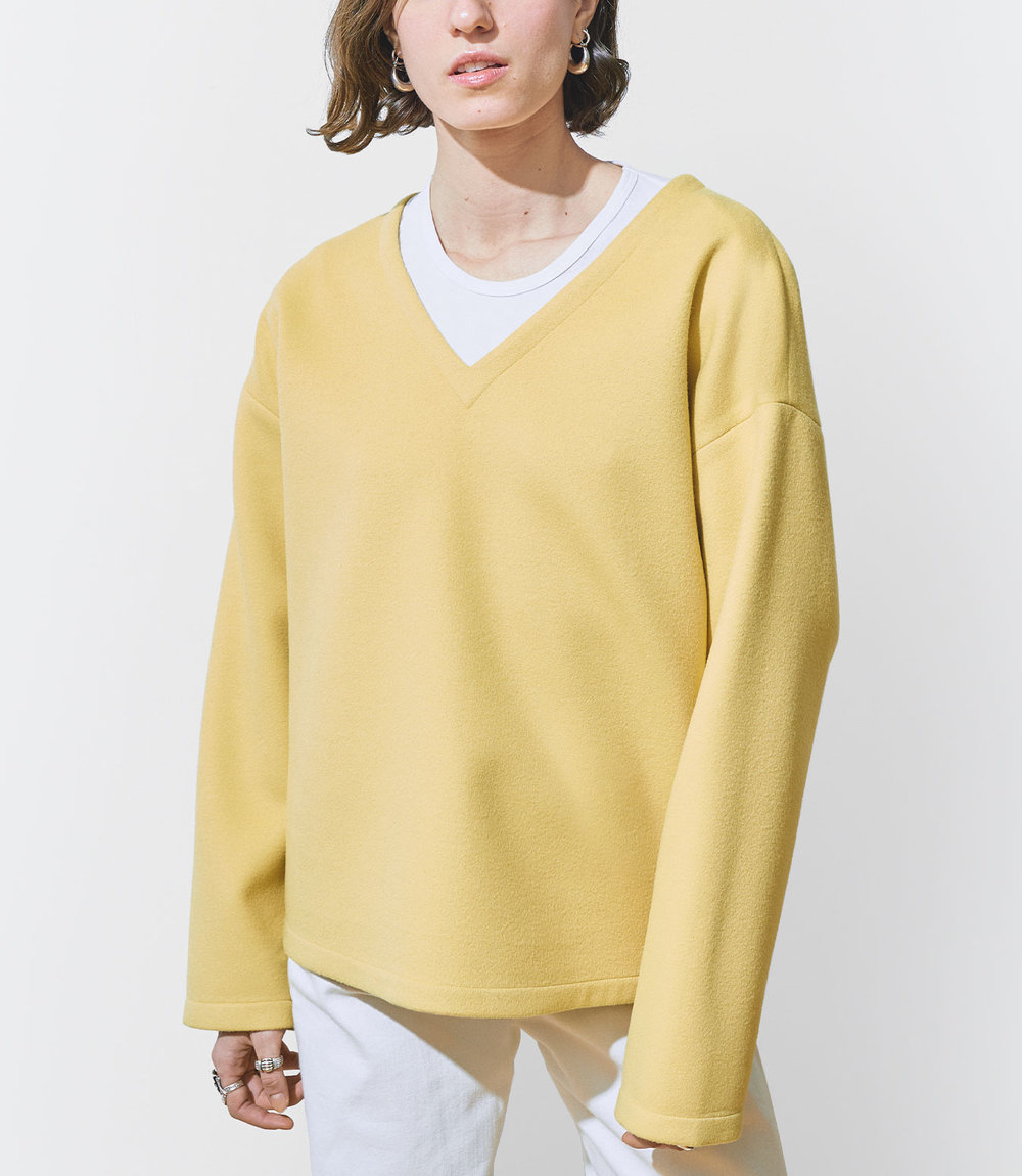 Stella Wears One DNA Wool Cashmere Top with V-neck in Yellow