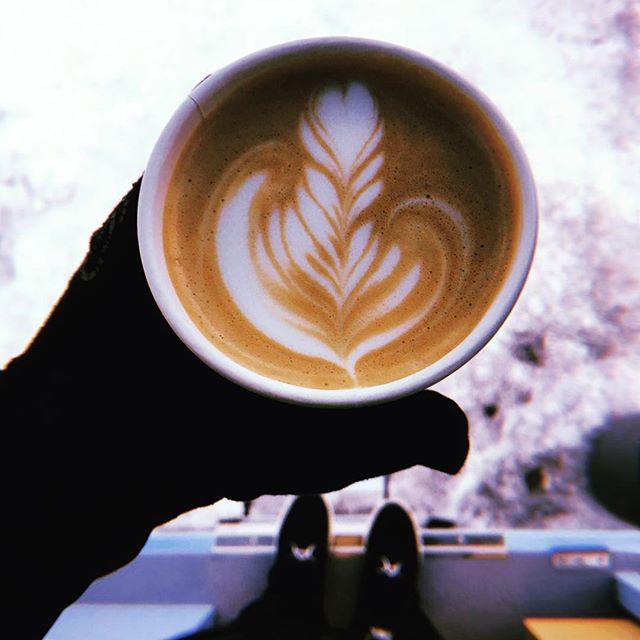 Bonjour ☕️🏔 ⛷ Haven't had your coffee yet? #cafealpin est la pour vous accueillir au #brevent #grandsmontets #garedemontenvers 👋#chamonixmontblanc #montblancnaturalresort #greatcoffee #goodmorning #sunnyday #lotsofsnow