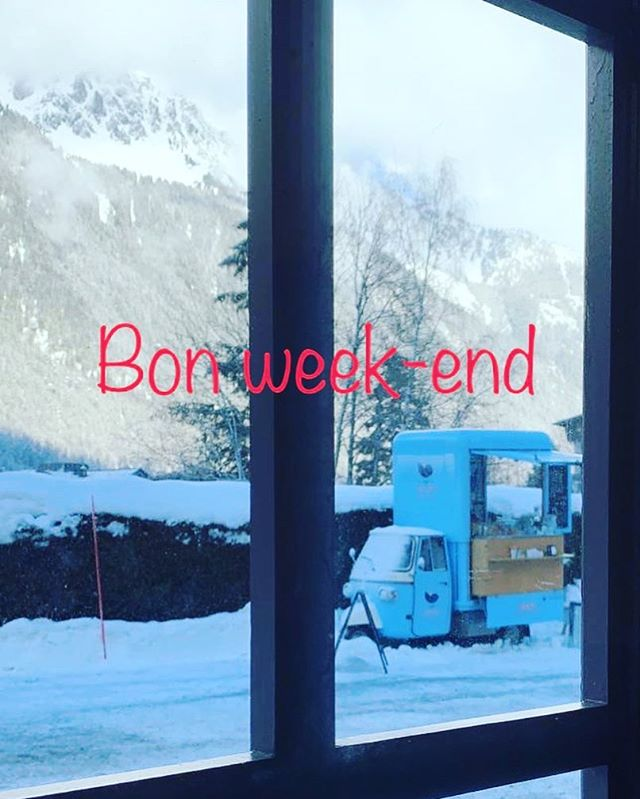 A secret window... Can you guess where we are? 🤔🙋🙋‍♂️ It is already Saturday! Bon week-end à tous avec beaucoup de soleil, de bonne neige et de très bon café! 😎❄️⛷☕️ #cafealpin #chamonix #montblancnaturalresort #coffee #skiing #snowboarding #weekend #loveweekends #lovecoffee #alps #enjoylife #merdeglace #brevent #grandsmontets